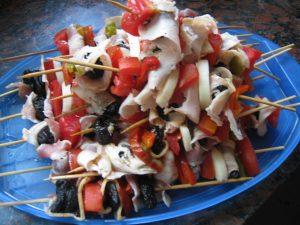 Brochette de cuadril con ciruelas pasas y tomate