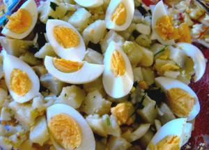 Ensalada de papas, huevos y alcaparras