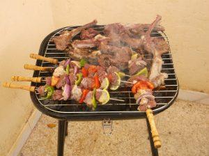 Brochette de carne, chorizos, y cebollitas