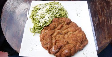 milanesa con tallarines verdes