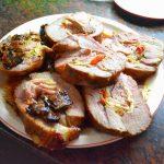 plato con rodajas de carne rellena
