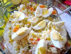 Ensalada fresca de arroz con pollo y salame.