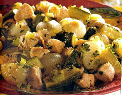 Ensalada con pollo, zucchini, cebolla, hierbas