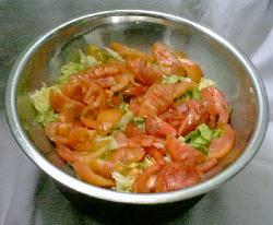 Ensalada muy rica de lechuga, atún, tomates y......más