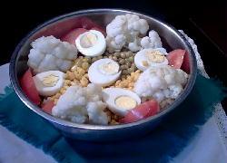 Ensalada de coliflor, maíz, arvejas, huevos y tomates