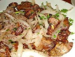 Bifes de hígado bañados con crema y guarnición de vegetales cocidos