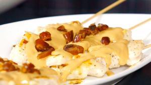 Brochetas de pollo con crema de cacahuetes