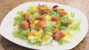 Ensalada de pollo con salsa de mango