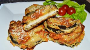 Sándwich de berenjena con pollo y queso