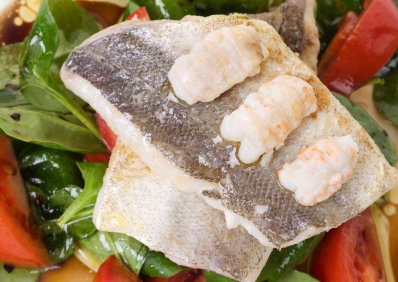 Ensalada de merluza, anchoas y alcaparras