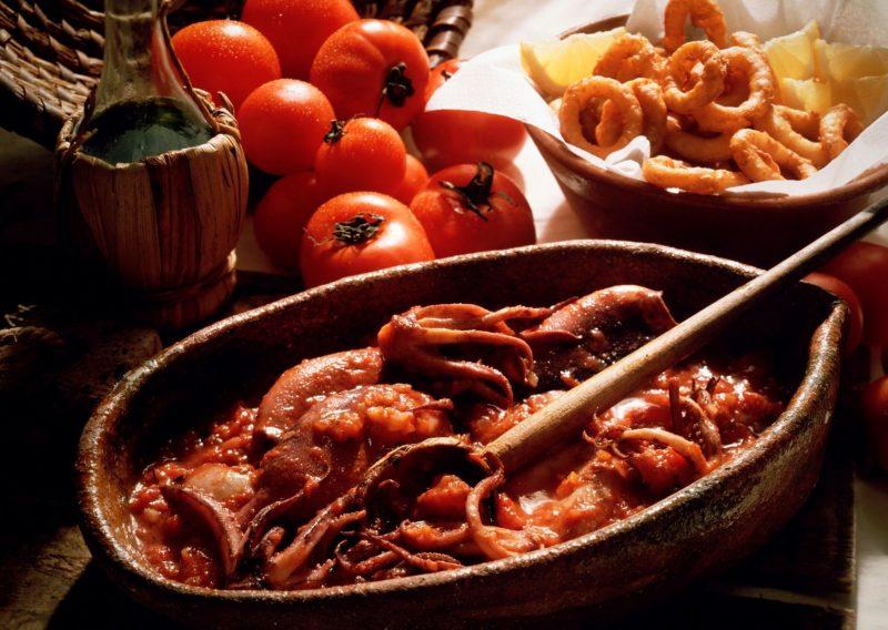 Calamares, tomates y vino blanco