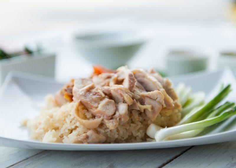Pollo hervido acompañado de arroz, vegetales y salsa waldorf