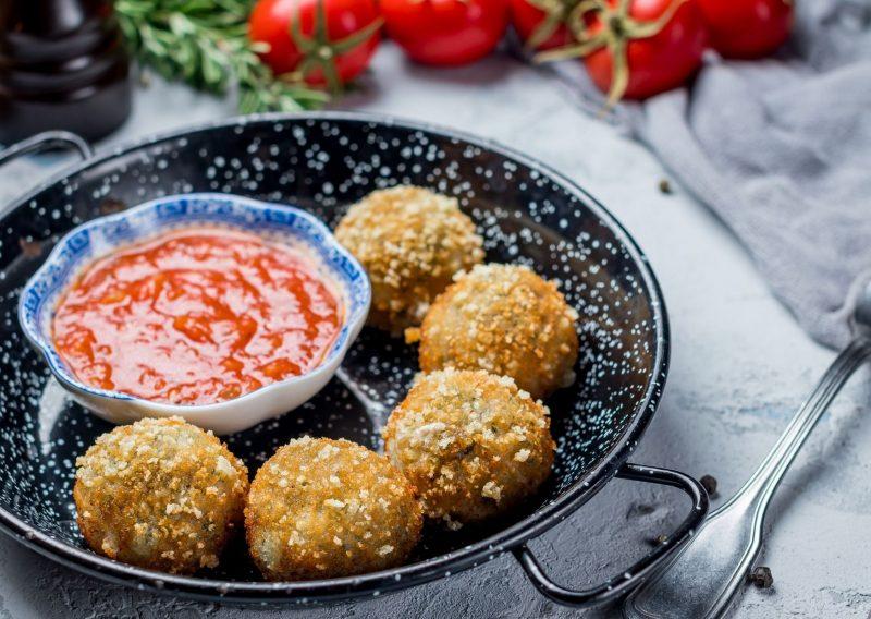 Croquetitas de mortadela y salsa de tomate